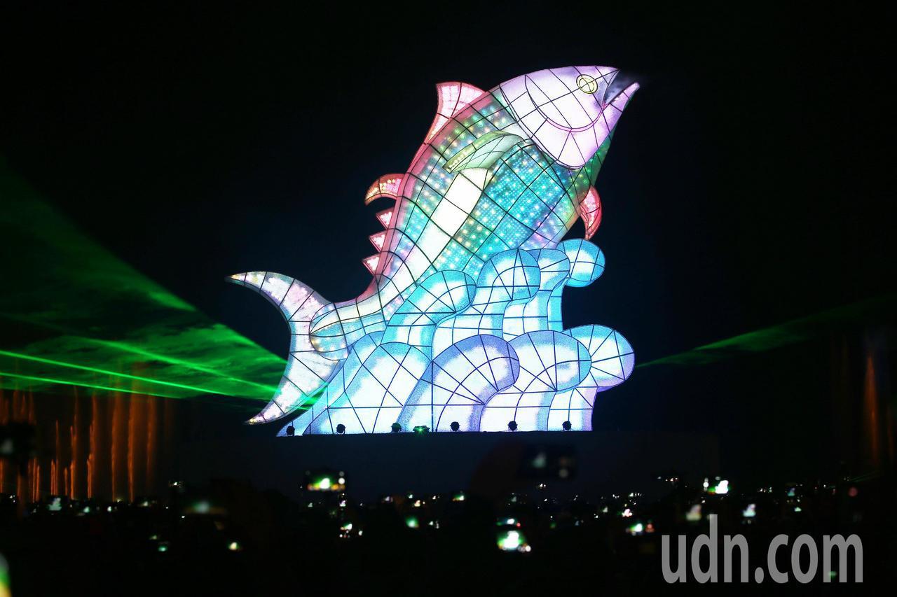 台灣燈會在屏東正式開幕,炫麗奪目煙火秀,搭配主燈「巨鮪來富」十分壯觀。記者劉學聖...