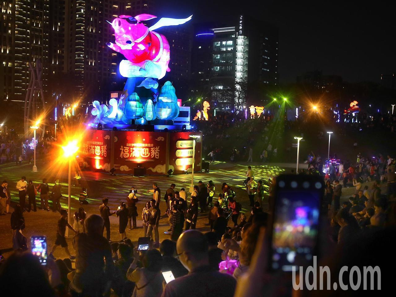 中台灣元宵燈會盛大登場,因適逢豬年,主燈以「御天飛行豬」為主題,意寓臺中富足民安...