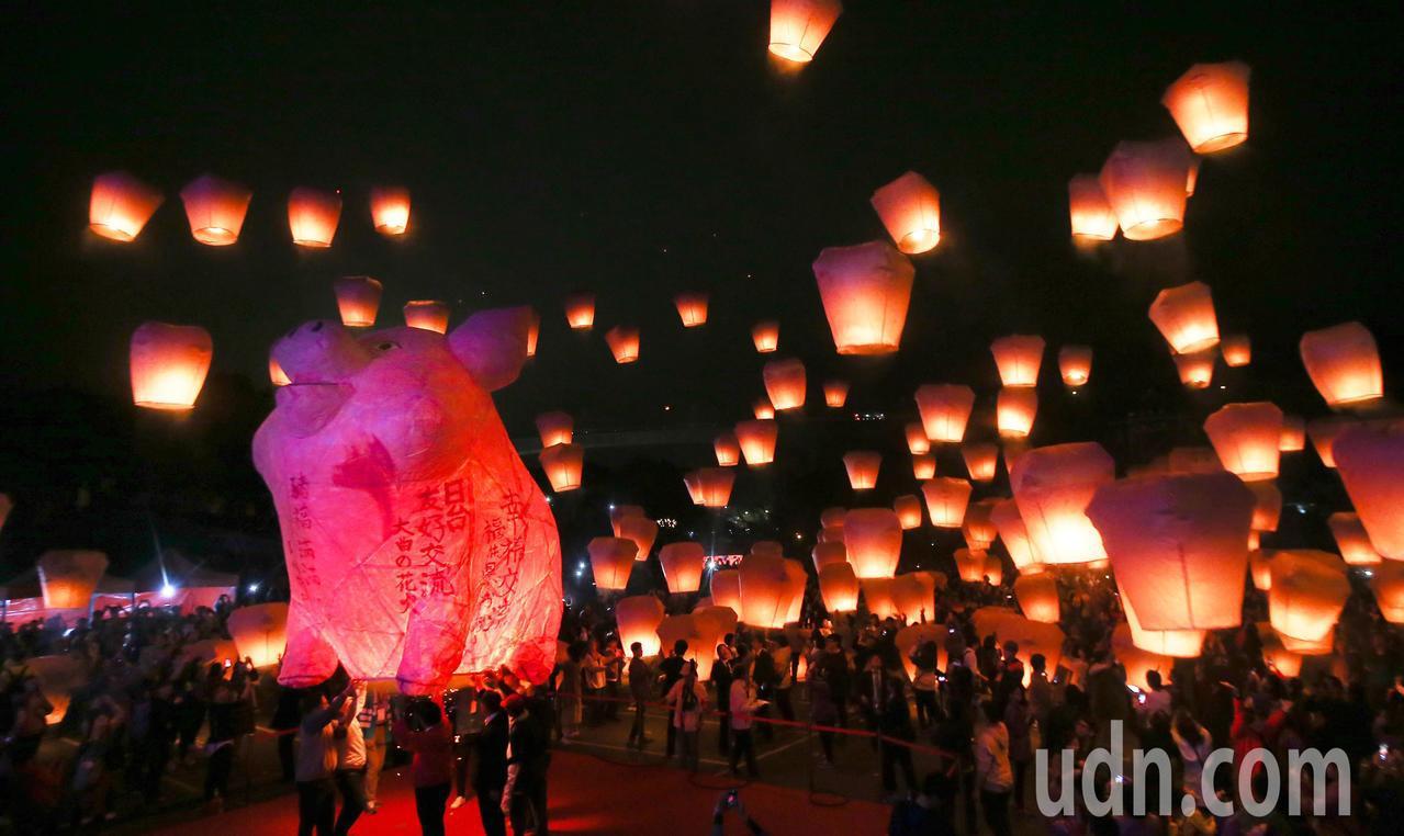 2019平溪天燈節晚上在十分廣場舉行,「圓滿豬」主燈在歡呼聲中冉冉升空。記者余承...