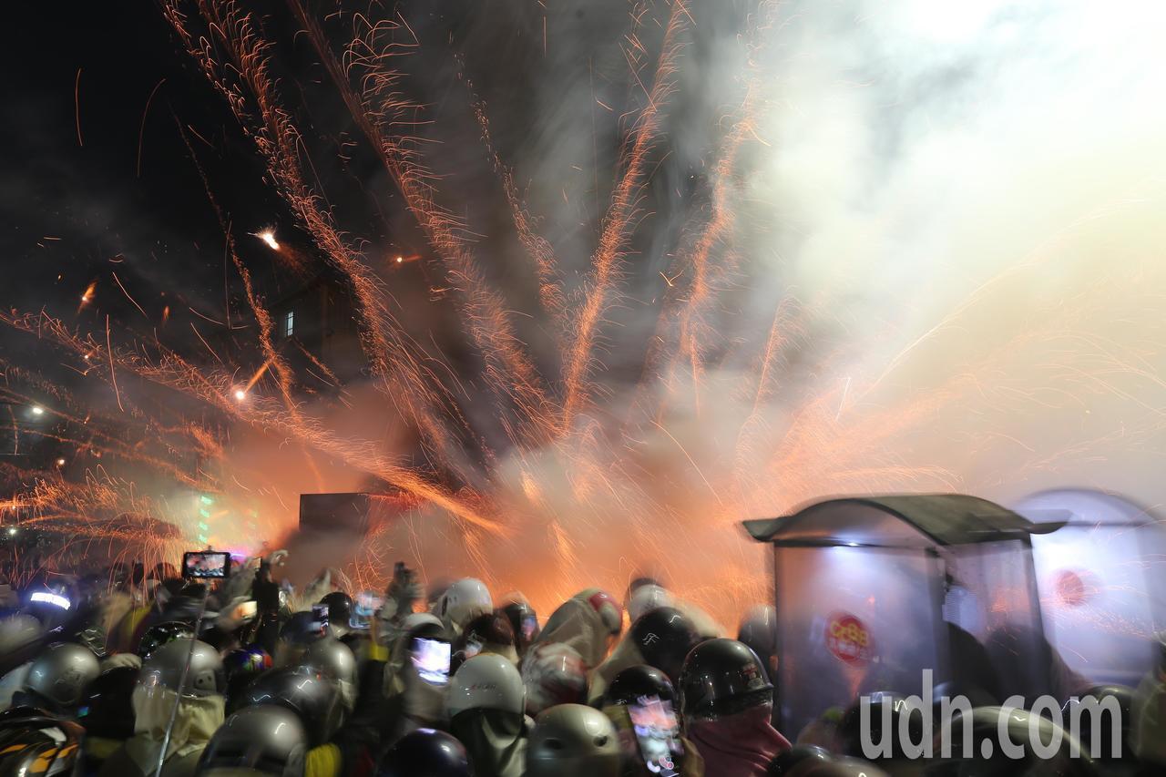 一年一度的月津港燈會展開,晚間登場的鹽水蜂炮施放,吸引不少遊客前來朝聖。記者許正...