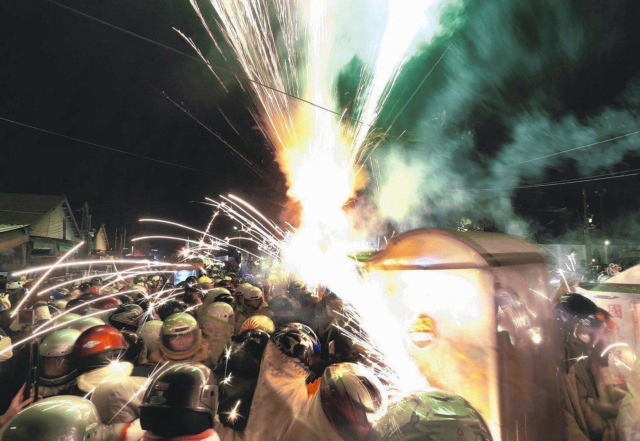 一年一度的月津港燈會展開,昨天晚間登場的鹽水蜂炮施放,吸引不少遊客前來朝聖。 記...
