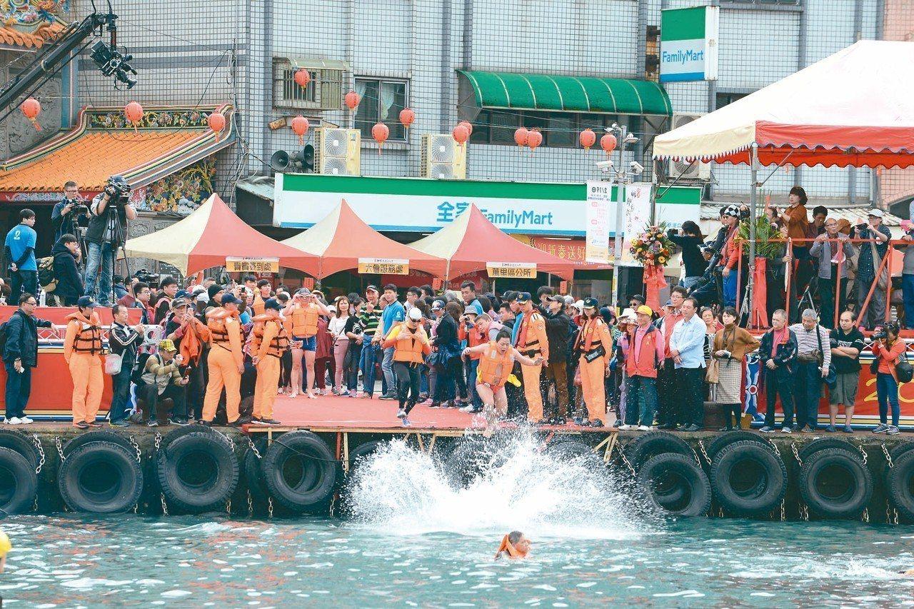 野柳「神明淨港」儀式,上千民眾齊喊「發喔」,祈求來年平安順利。 圖/新北市政府提...