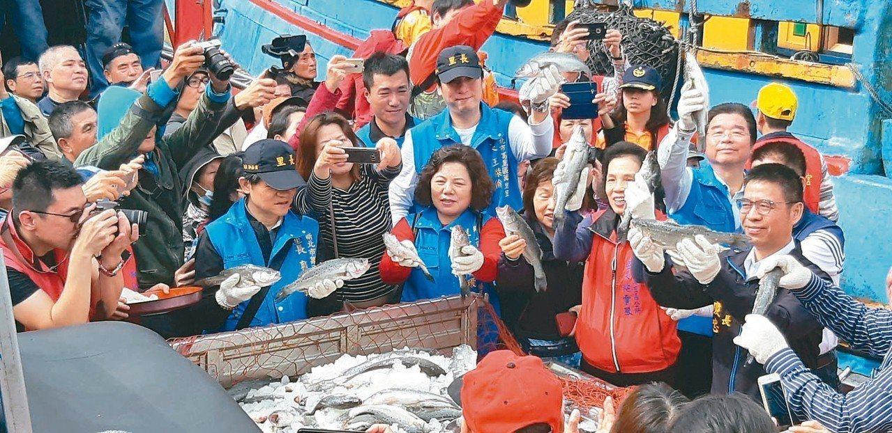 新鮮鱸魚運上貨車,象徵「漁獲滿艙」。 記者賴郁薇/攝影