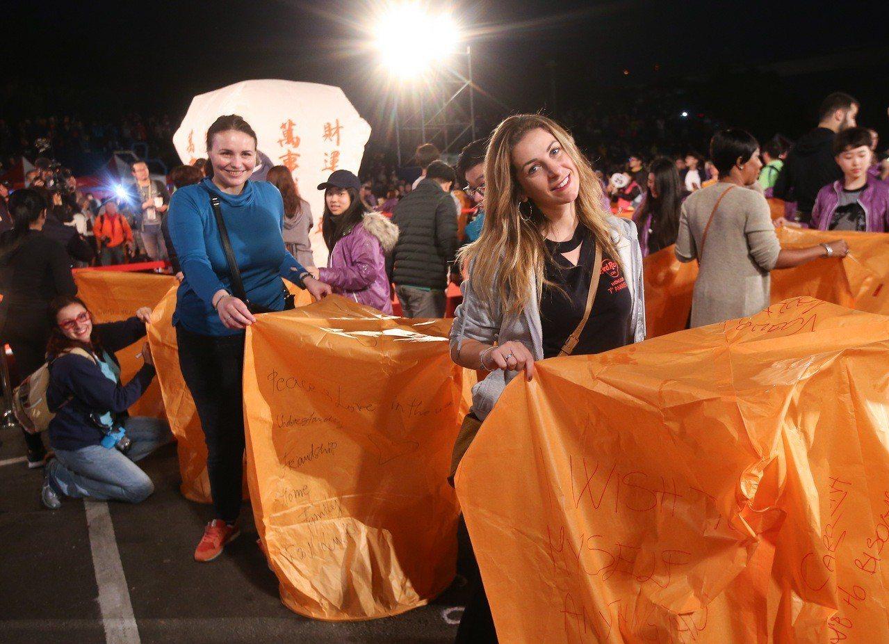 2019平溪天燈節第二波,吸引許多國外旅客共襄盛舉。記者余承翰/攝影