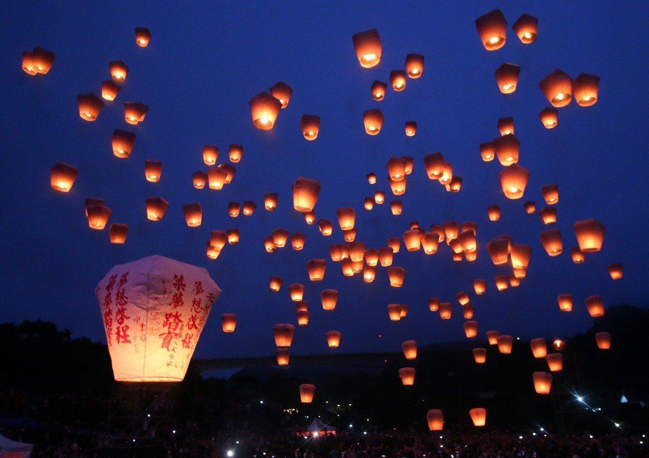 2019平溪天燈節第二波活動,共施放1500盞天燈。 記者余承翰/攝影