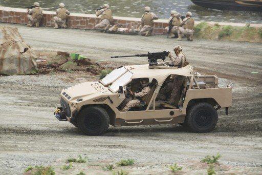 一台配有機槍的突擊車17日參與阿布達比防務展的開幕式表演。 (美聯社)