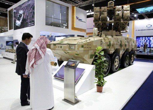 中國大陸廠商展示的移動式飛彈發射車。 (美聯社)