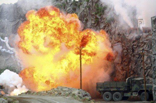 阿布達比防務展17日開幕時表演彈道飛彈發射台遭摧毀。 (美聯社)