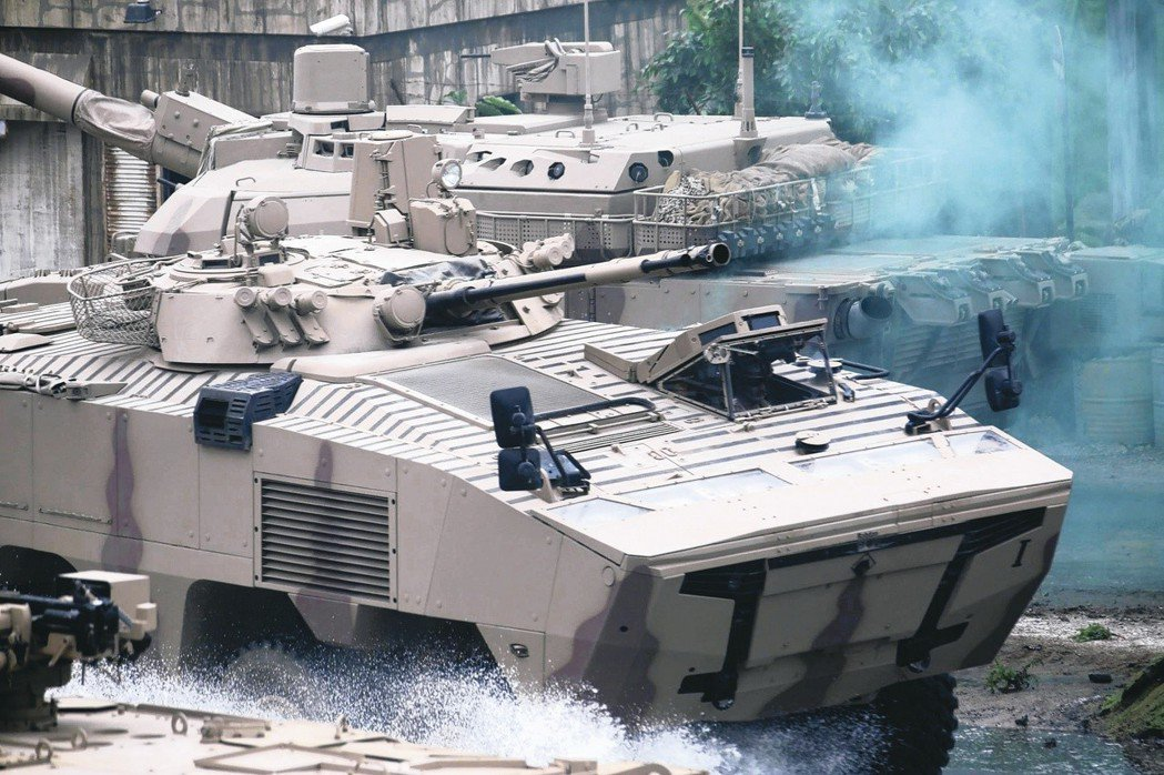 一輛戰車17日在阿布達比防務展的開幕式表演登場。 (美聯社)