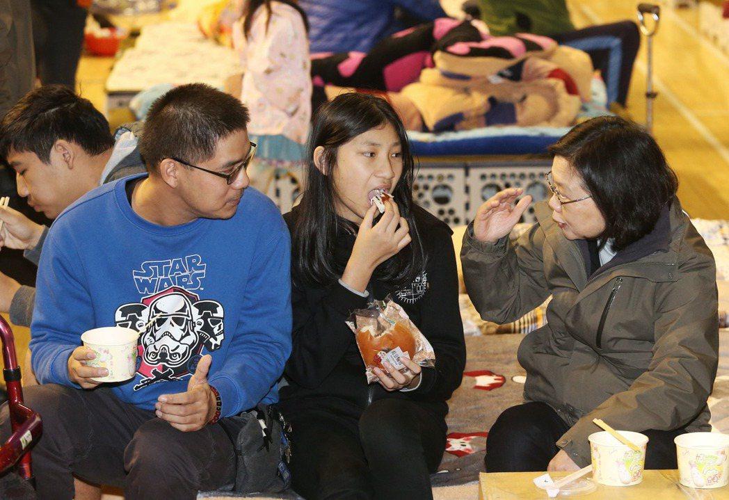 花蓮去年發生大地震,蔡英文總統(右一)到收容中心與受災居民一同晚餐。 圖/聯合報...