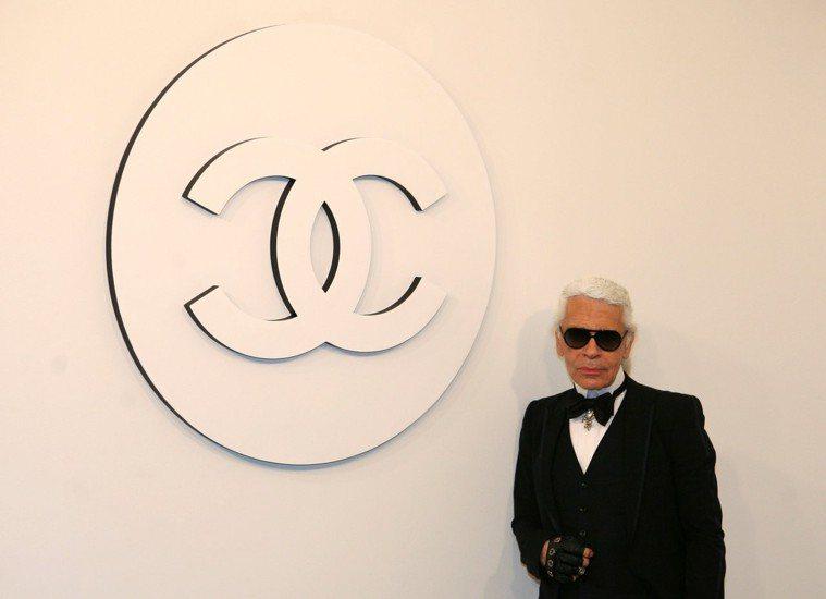 被譽為「時尚大帝」的香奈兒品牌創意總監卡爾.拉格斐十九日在巴黎過世,享壽八十五歲...