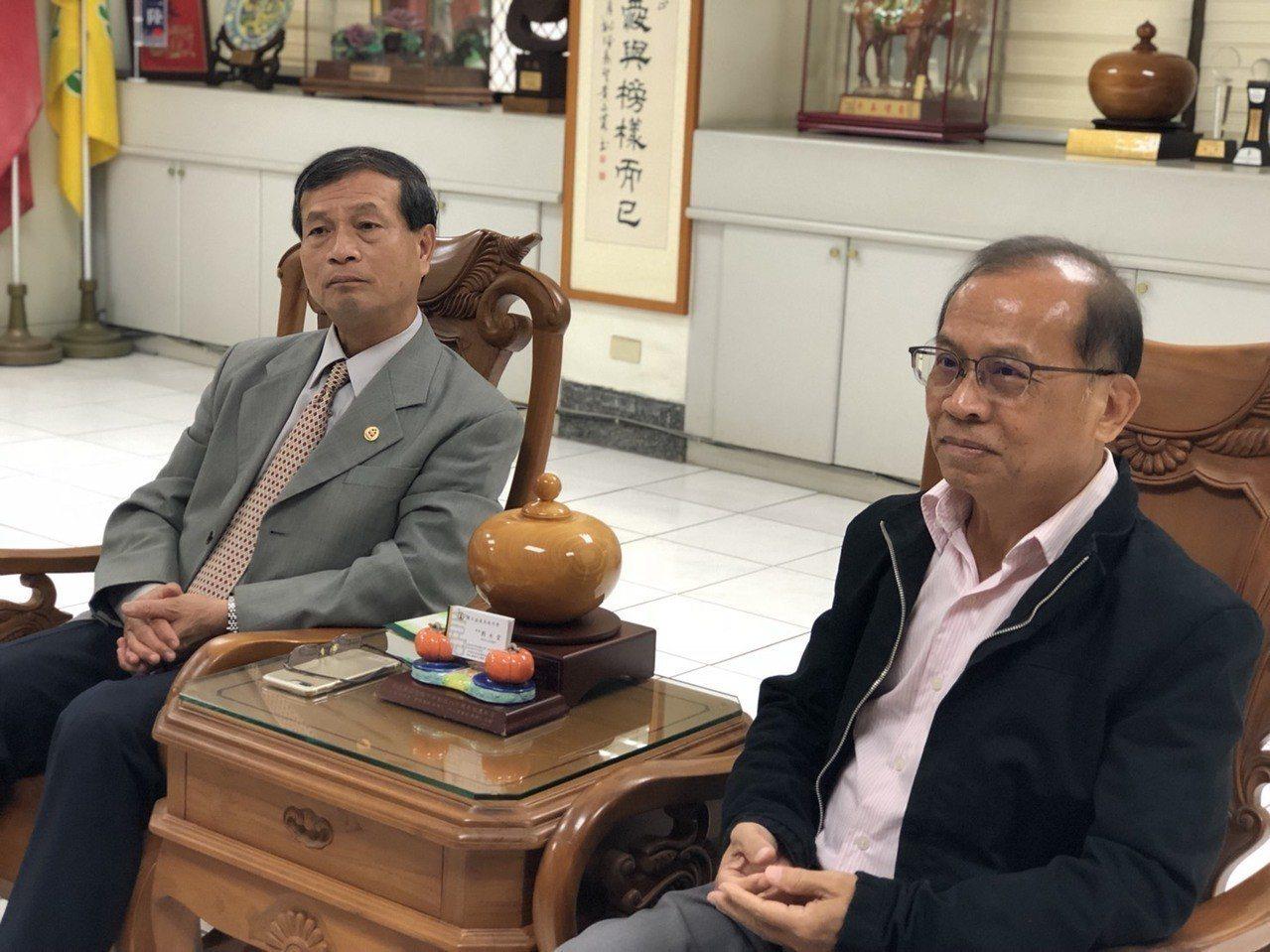 嘉中校長劉永堂說,嘉中校風一向自由民主,會給老師充裕的自主性,張老師命題出發點是...