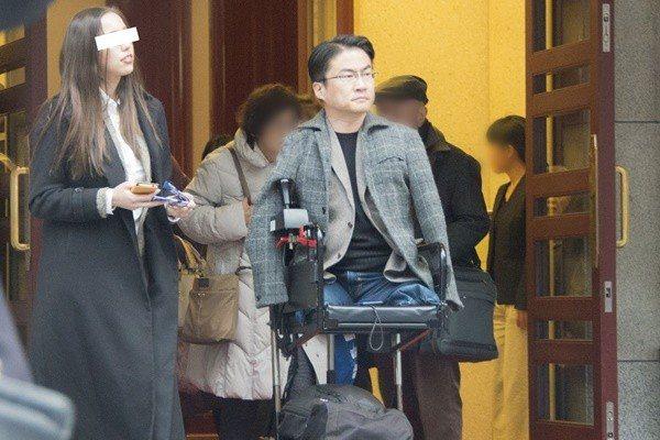 ,乙武洋匡被拍到前往東京歌舞伎座日間的演出,女友也陪在旁。圖擷取自女性自身