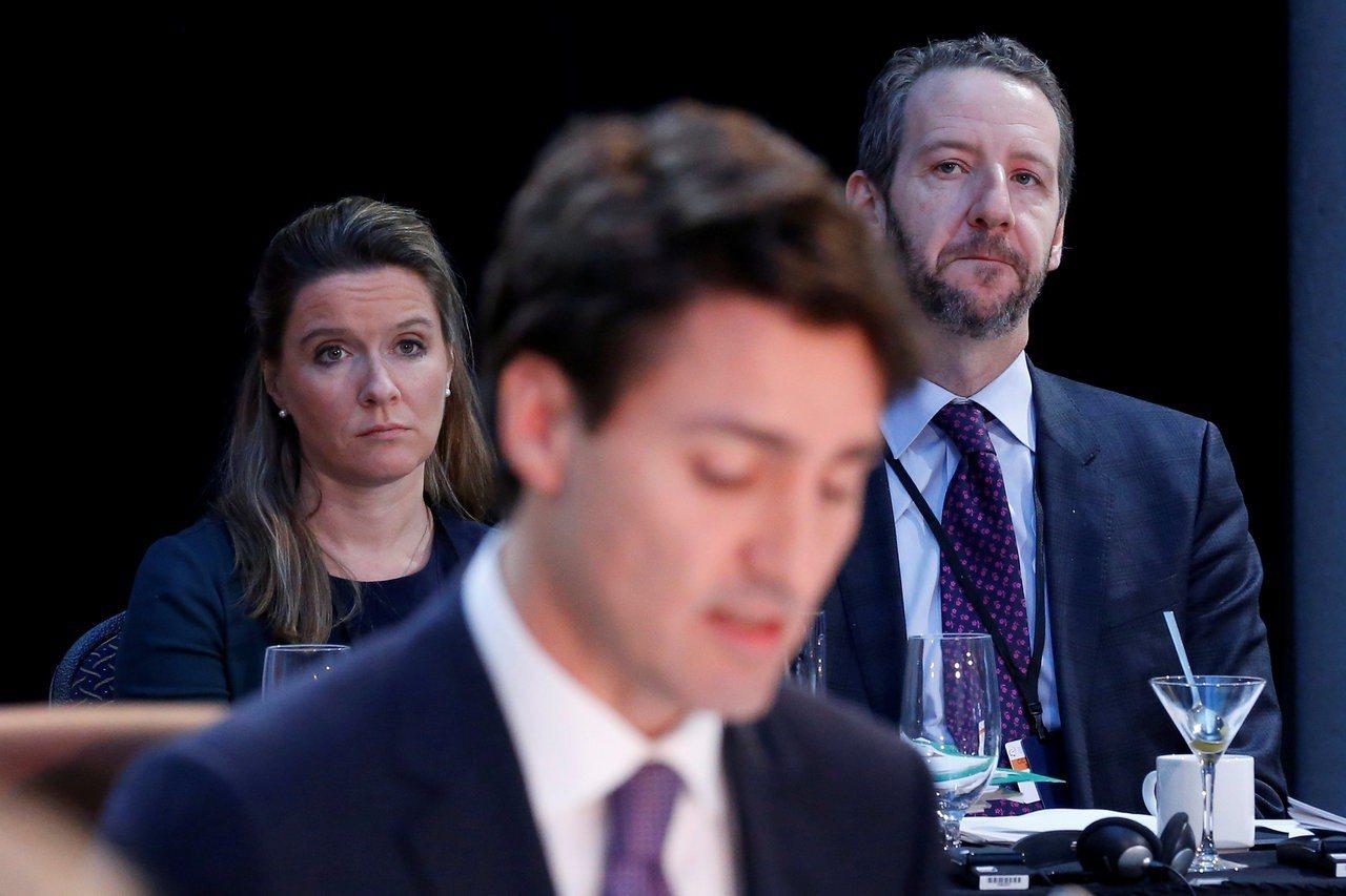 總理杜魯多首席秘書兼長年好友巴茨(後右),涉嫌捲入干預司法醜聞。 路透社