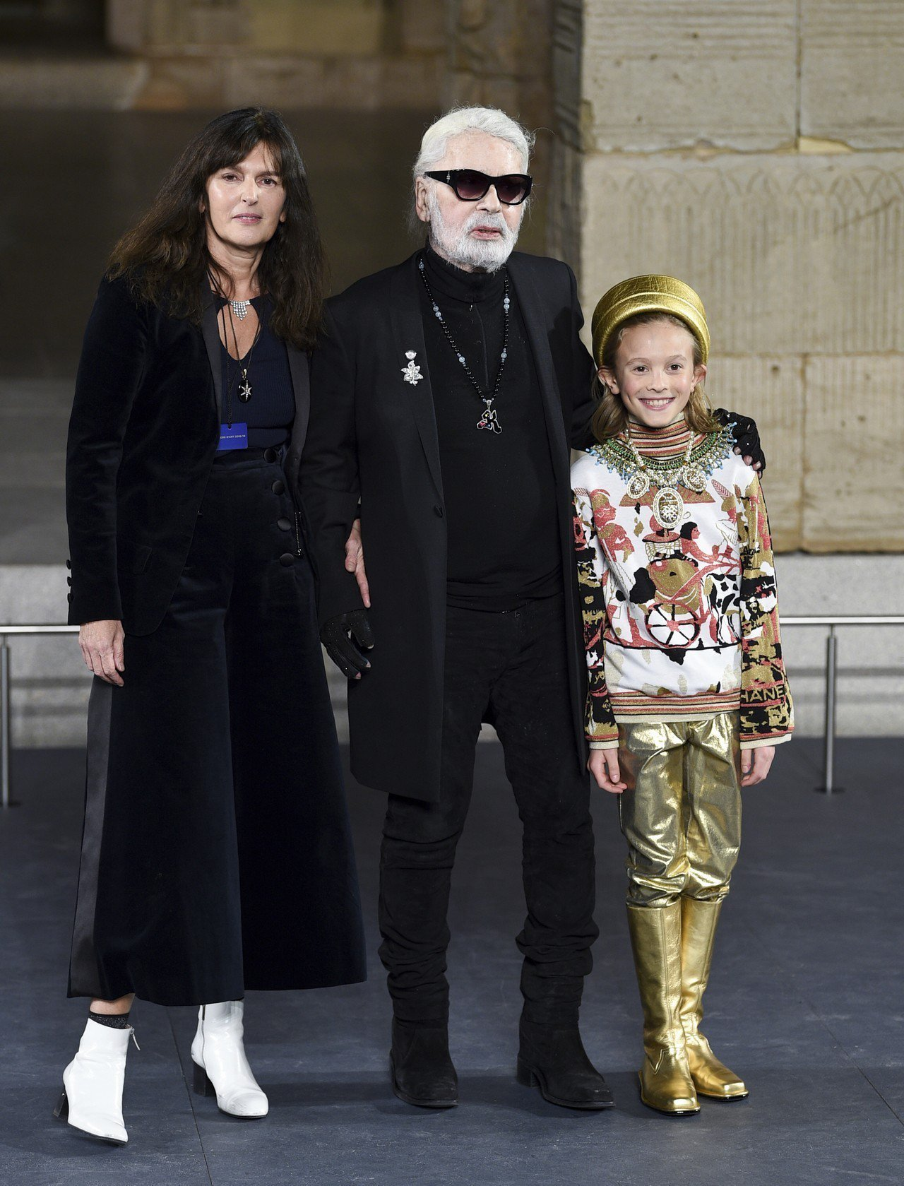 法國精品香奈兒(Chanel)創意總監卡爾.拉格斐(中)19日辭世。 美聯社