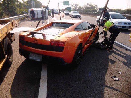 超跑、低底盤車款國道拖吊最高可達2萬元 明年元旦正式上路!
