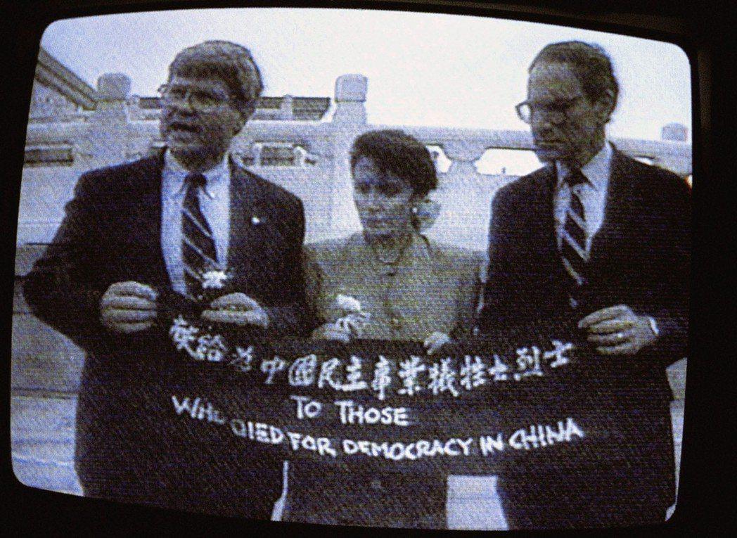 1991年訪問北京時,裴洛西與隨行官員在天安門廣場拉布條抗議「六四事件」,被中國...