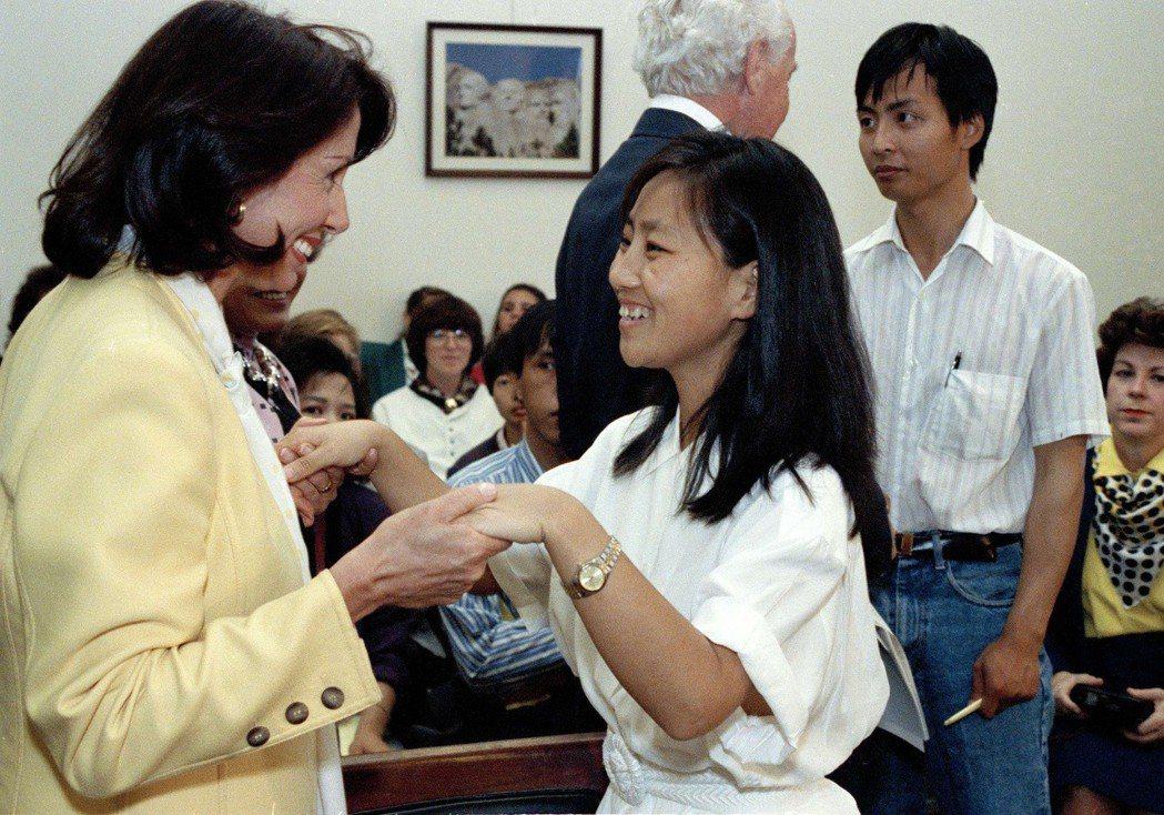 1992年,她在國會提出《中國學生保護法案》,為六四流亡學生提供庇護,至今仍聲援...