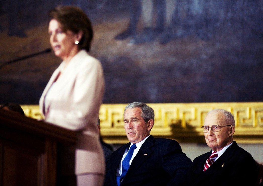 眼中釘。2005年,裴洛西杯葛小布希的《社會安全制度私有化法案》,拒絕向白宮做出...
