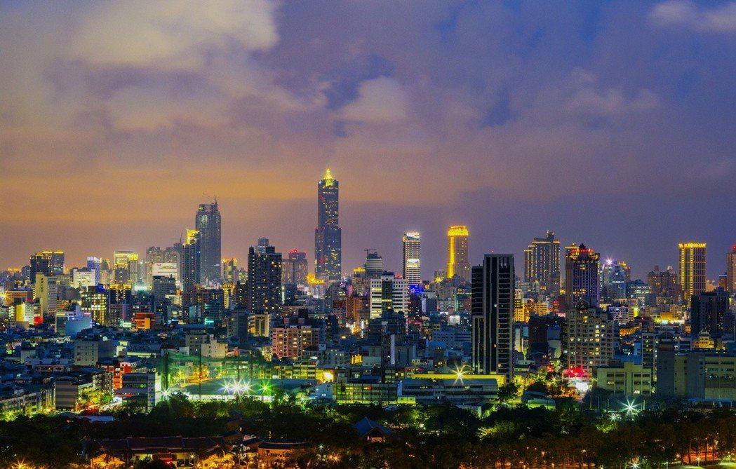 15樓陽台夜景 實景拍攝。圖片提供/雄崗建設