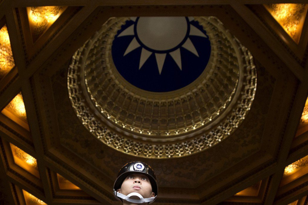 中正紀念堂天井上,經常受人爭議是中華民國國徽還是國民黨黨徽。 圖/美聯社