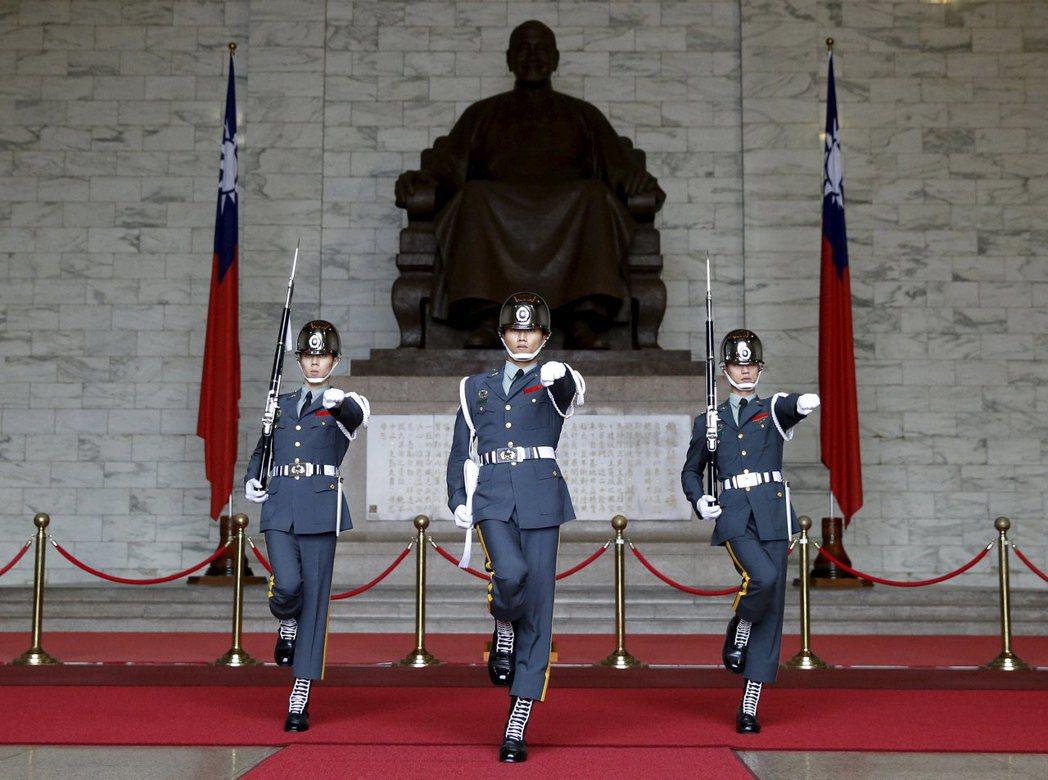 有論者認為,中正紀念堂轉型的第一步就是撤除三軍儀隊。 圖/路透社