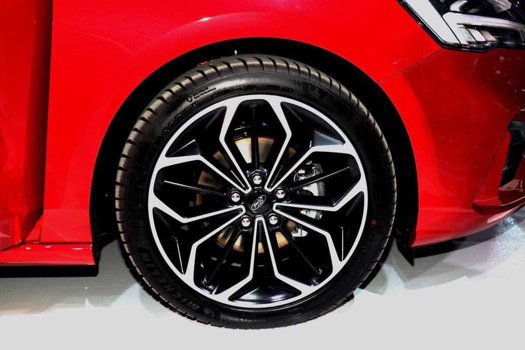 18吋雙色鋁圈配上米其林PS4跑胎。 記者陳威任/攝影