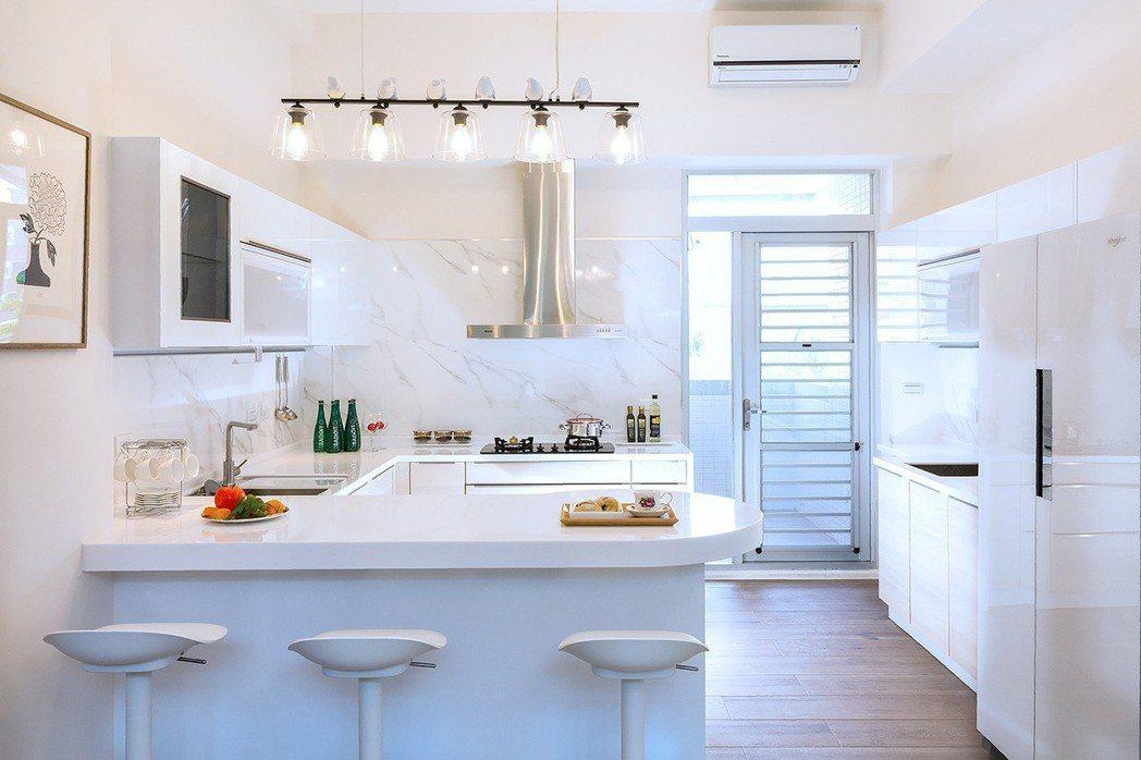 白派廚房美學實景。圖片提供/寶立建築