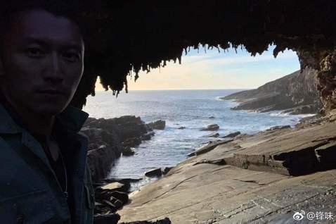 男神謝霆鋒今在微博照出旅遊照,表示自己「曬黑了小小(少少)」,照片他看來是在洞中拍照,整個人快跟山洞融為一體,而「新浪娛樂」小編留言稱「差點沒找到人在哪」,得來男神幽默自嘲「我都找不到自己」。粉絲則...