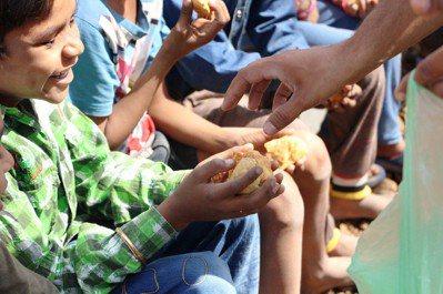 志工們往往預設兒童缺乏各種社會支持系統,自己的到來則是將兒童從痛苦之中拯救出來。...