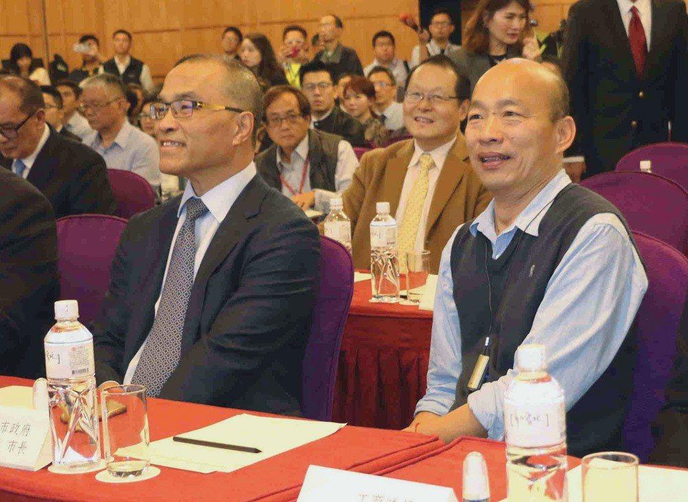 高雄市長韓國瑜(前右)與副市長葉匡時(前左)積極與對岸對話,實踐貨出去、錢進來的...