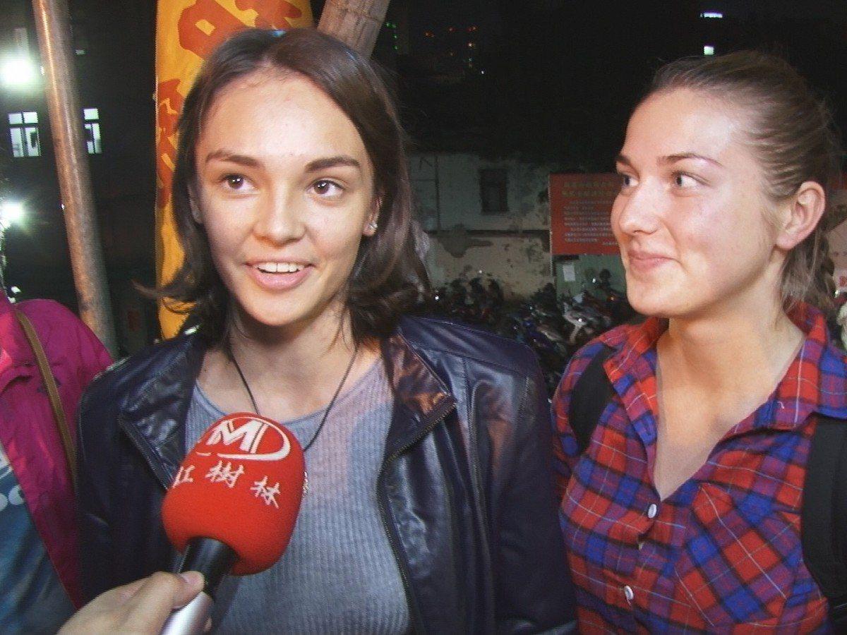 淡水青商會在清水巖祖師廟舉辦了一場元宵猜燈謎活動,來自俄羅斯的交換學生來參與猜燈...