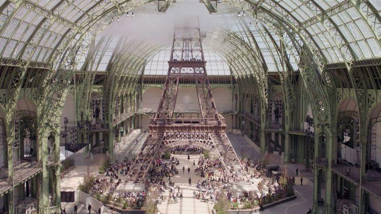 把艾菲爾鐵塔搬進巴黎大皇宮,這是卡爾拉格斐最愛的場景。圖/香奈兒提供