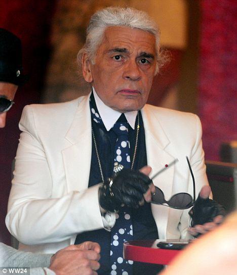 卡爾拉格斐多年前被拍到拿下墨鏡的模樣,曾掀起網友熱議。圖/摘自英國每日郵報