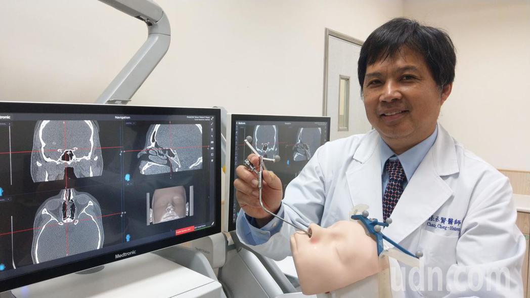 醫師張丞賢說明,內視鏡經鼻腔眼窩手術,有了導航系統輔助,可讓年輕的醫師精準下刀,...