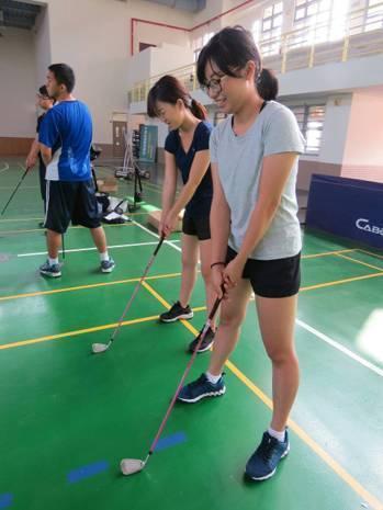 中信金融管理學院體育課程為大一至大三必修,其中高爾夫球與網球需要達一定水準才能畢...