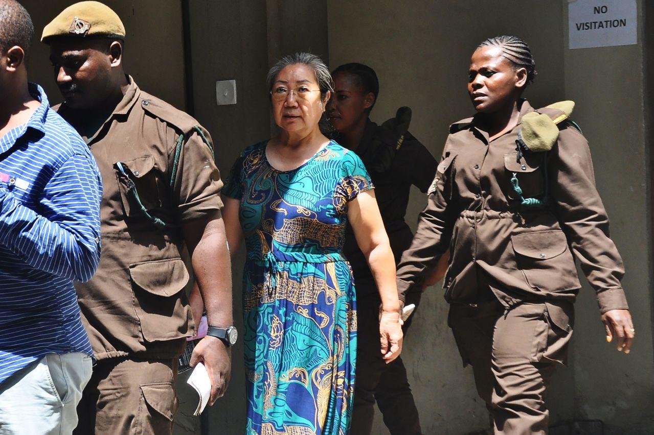 中國大陸商人楊鳳蘭(中)19日被坦尚尼亞法院以走私象牙罪名判刑15年。法新社
