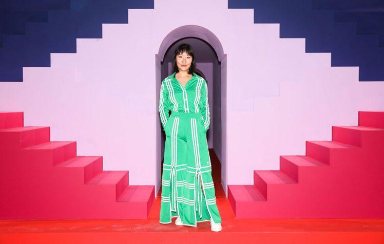 首爾出生、美國長大的紐約新銳設計師 Ji Won Choi也身穿新品走上伸展台。...