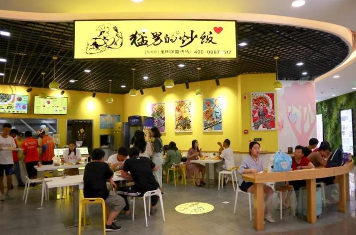 「猛男的炒飯」只賣炒飯,而且現炒,短短兩三年在大陸開出兩百多家分店,單店日銷量最...