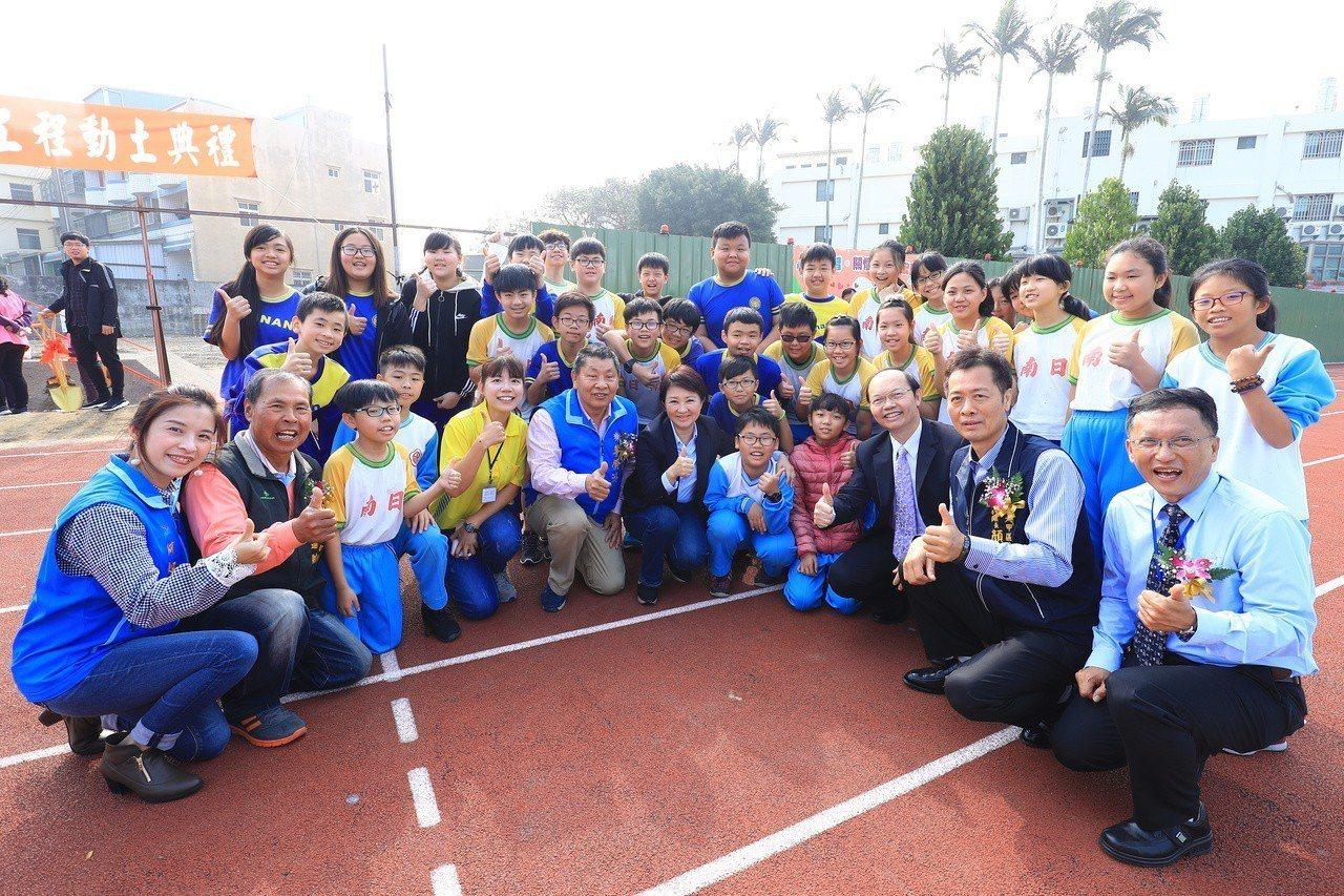 台中市長盧秀燕今天到大甲區,主持日南國小活動中心重建動土典禮。圖/台中市政府提供