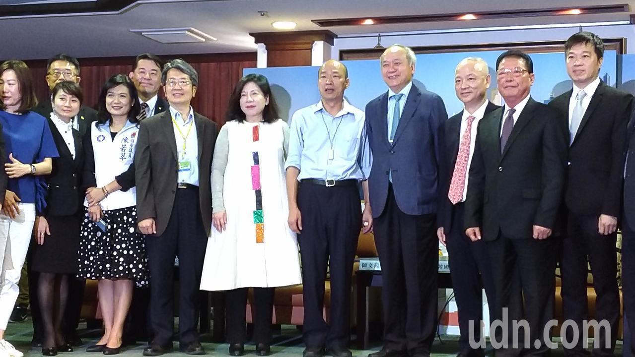 高市長韓國瑜(右五)今出席高雄醫療觀光記者會,與媒體人陳文茜(右六)、高雄長庚醫...