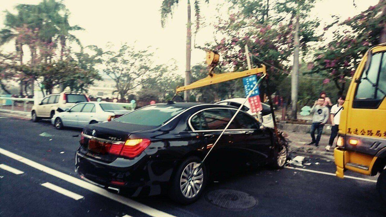 橫桿加布條拖吊車。圖/高公局提供