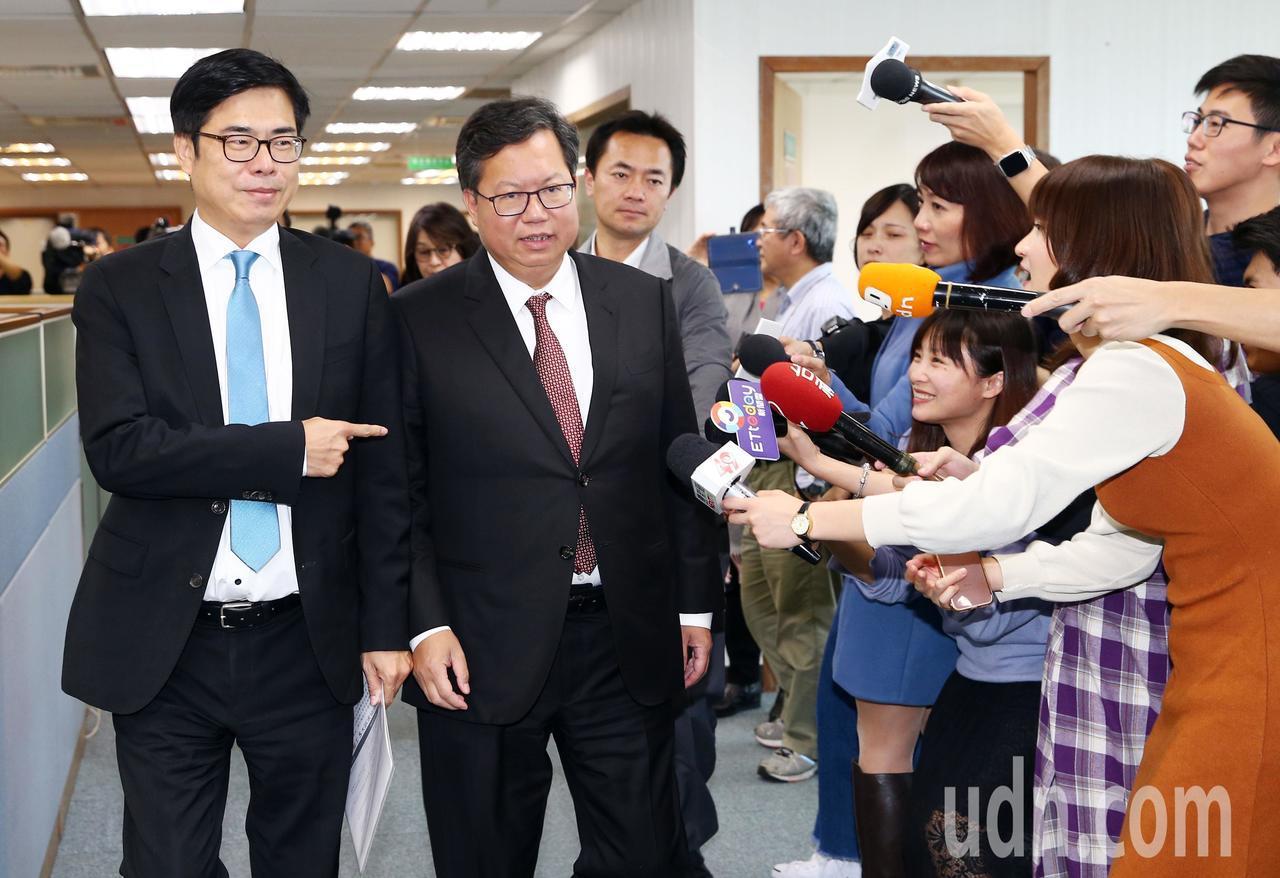 民進黨下午召開中常會,針對蔡總統競選連任、韓國瑜、同婚的議題,記者追問正要走進會...