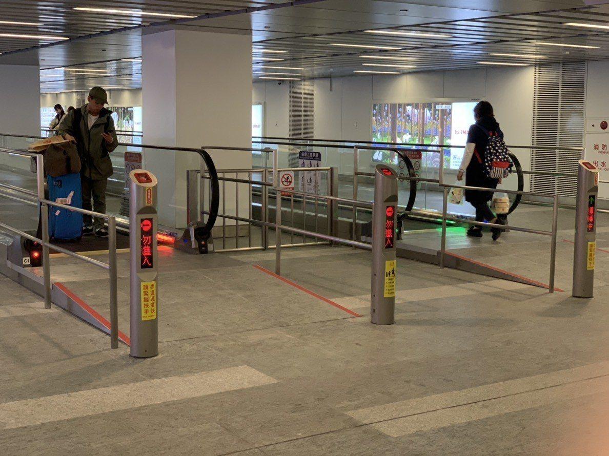 台鐵到桃園機場捷運A1站連通道,即日起啟用「電動步道」,旅客不用再大包小包推、拉...