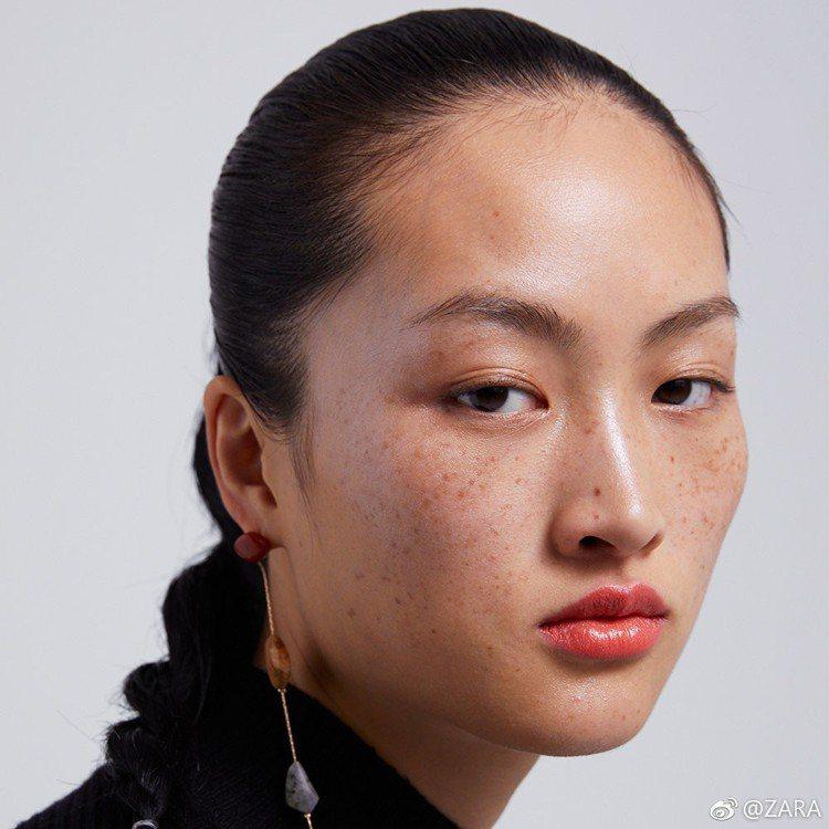 李靜雯為ZARA拍攝的美妝形象,引發大陸網友對美的爭論。圖/摘自ZARA微博