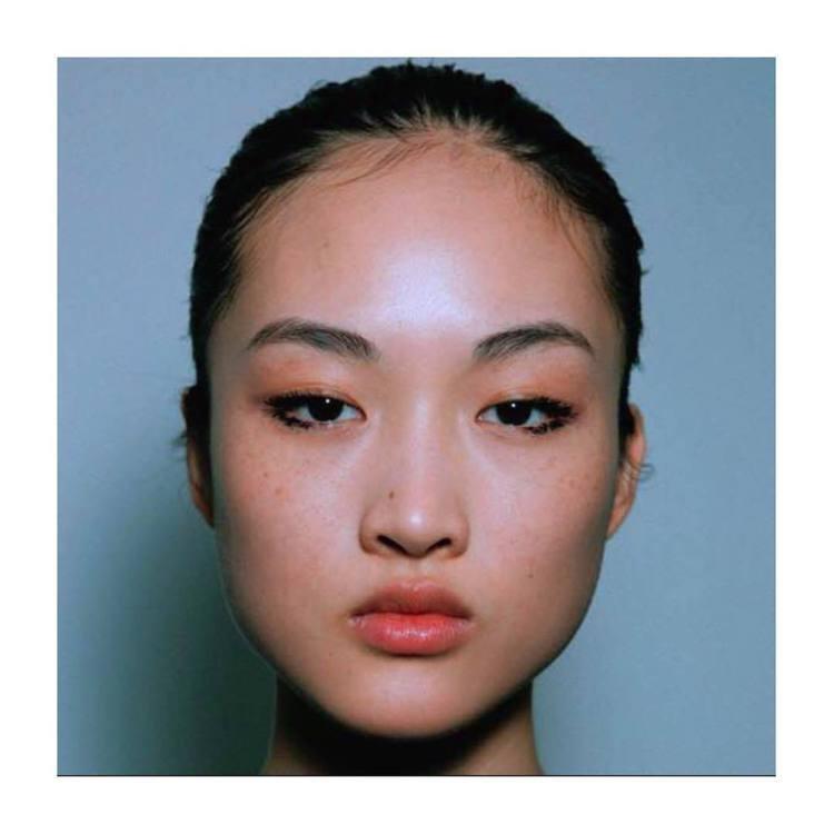 大陸名模李靜雯擁有寬頰骨、雀斑、眼睛細長的五官,充滿個性美。圖/摘自IG