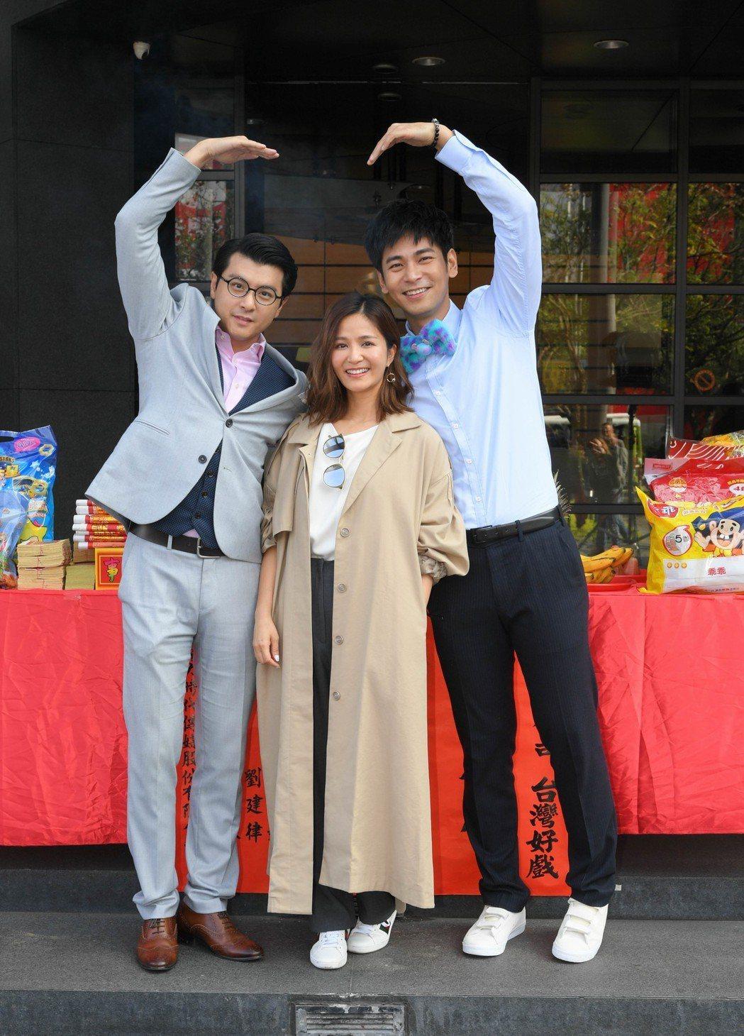 唐豐(左起)吳怡霈、楊子儀合作「金蕉歲月」。圖/三立提供