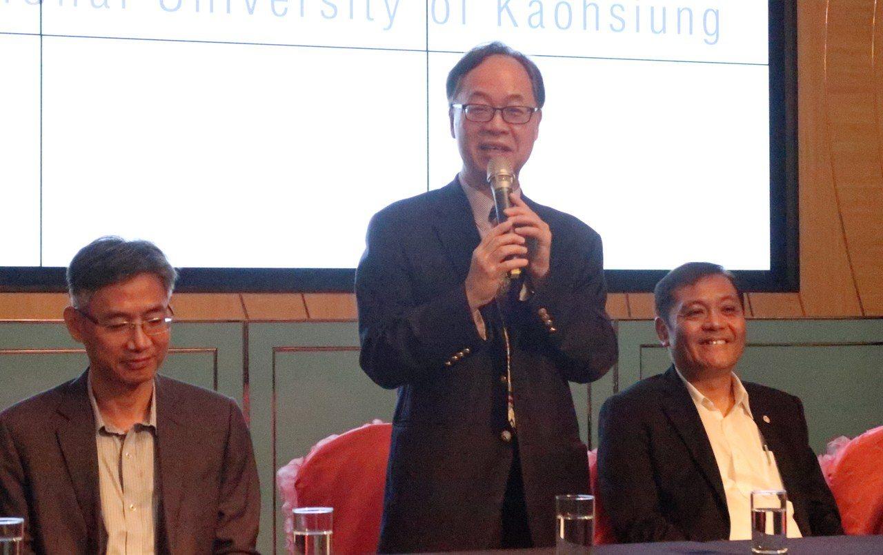 高雄大學校長王學亮(中)表示,「智慧影像辨識機器手臂」可廣泛應用在工業與生活。記...
