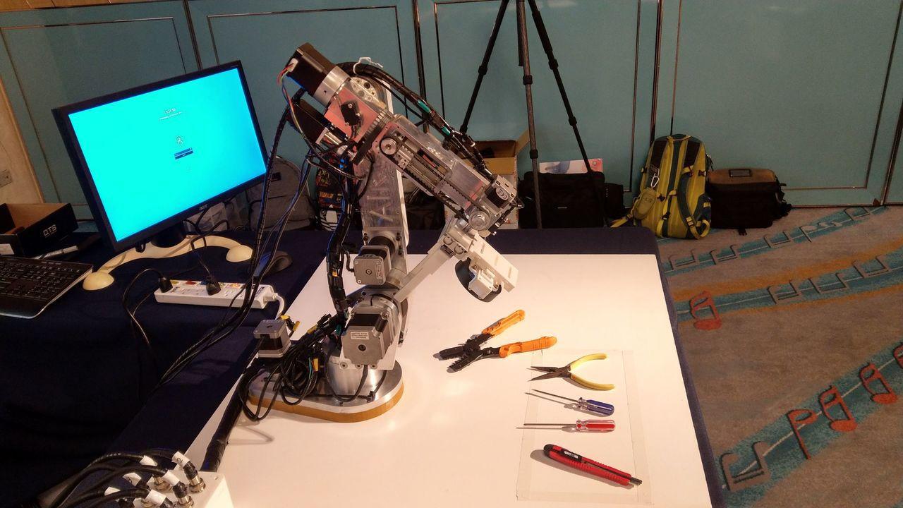 高雄大學人工智慧研究中心運用「深度學習」技術架構,開發具影像辨識功能的機器手臂,...