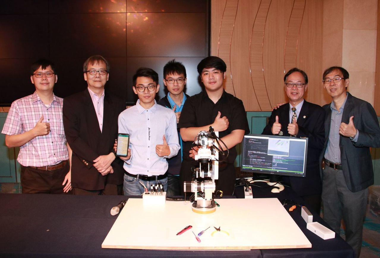 高雄大學人工智慧研究中心成功開發具影像辨識功能的機器手臂。記者徐如宜/攝影